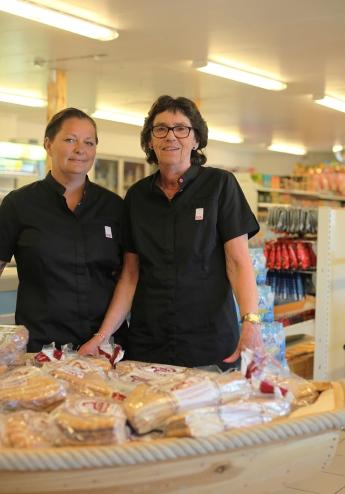 Linda och Eivor är klara för att ge dig god service